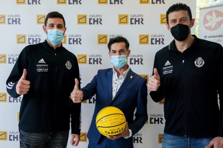 Visita y firma de balones en Grupo CHR